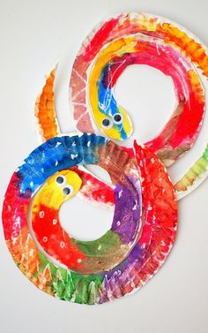 Easy and Colorful Paper Plate Snakes- Fun and beautiful preschool art and craft idea Einfache und bunte Pappteller-Schlangen Spaß und schöne Vorschulkunst und Handwerksidee Kids Crafts, Preschool Arts And Crafts, Daycare Crafts, Toddler Crafts, Summer Arts And Crafts, Jungle Crafts Kids, Flower Craft Preschool, Fall Crafts, Jungle Theme Crafts
