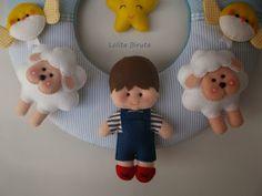 Menino e ovelhinhas em feltro para decoração de quarto infantil