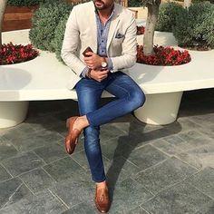 Go for a straightforward yet casually stylish choice marrying a beige blazer and. - Go for a straightforward yet casually stylish choice marrying a beige blazer and blue skinny jeans. Blazer Outfits Men, Mens Fashion Blazer, Suit Fashion, Blazer With Jeans Men, Jeans Pants, Blue Blazer Outfit Men, Denim Suit, Men Blazer, Outfits Hombre