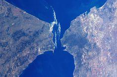 https://flic.kr/p/b63aNH   Africa meets Europe - Strait of Gibraltar   Waar Afrika en Europa elkaar ontmoeten: de Straat van Gibraltar.  Credit: ESA/NASA