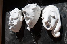 Opéra. 3 sculptures en argile blanche sur fond noir. Cadre en merisier…