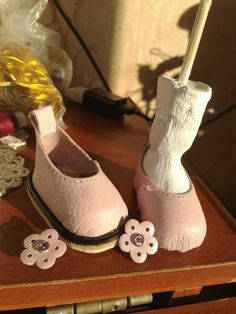 Holiday Crochet Patterns, Doll Shoe Patterns, Doll Shoes, Diy Doll, Cool Items, Doll Accessories, Blythe Dolls, Baby Quilts, Art Dolls