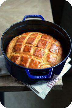 Dernièrement, j'ai eu la joie de recevoir une très jolie cocotte de la part de Staub et après l'avoir inaugurée avec diverses mijotés, je me suis lancée dans le pain ...