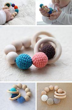 ウッドビーズは木でできているので、赤ちゃんにも安心の素材です。紐で繋いで円にすると、赤ちゃん用のおもちゃに。こんな風にかぎ針編みで包んだビーズとあわせるのも素敵です。