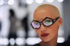 Hair: the bald look can be sexy-Amber Rose London Fashion show Ray Ban Sunglasses Outlet, Round Sunglasses, Mirrored Sunglasses, Amber Rose Long Hair, Posture Fix, Bad Posture, Mode Cool, Heart Glasses, Eye Glasses