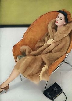 Vintage Fashion Dolores Hawkins in cinnamon colored length coat of South American guanaco by Georges Kaplan, photo by Henry Clarke, Vogue, October 1958 Vintage Vogue, Moda Vintage, Vintage Glamour, Vintage Beauty, Retro Vintage, Vintage Pins, Vintage Photos, Vintage Style, Fifties Fashion
