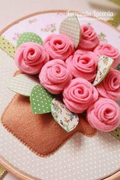 Felt flowers -- PDF Tutorials available. Cake for Berklie's kitchen? Felt Diy, Felt Crafts, Fabric Crafts, Sewing Crafts, Diy And Crafts, Felt Roses, Felt Flowers, Fabric Flowers, Felt Decorations