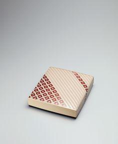 大谷 早人さんの籃胎塗網代色紙箱という作品。竹を細く割り表側の皮をはがして漆を塗り重ねたものを編んでつくられている。網目を生かした模様が美しい。