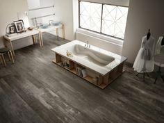 Inedito 20x120. Träklinker i svart metallic utförande. Stilren platta i klassiska färger. Fungerar utmärkt såväl inom- som utomhus och i miljöer kräver lite mer hållbart material.  #Kakel #Träklinker #Badrum #Badrumskakel #Wood #Tiles #Klinker