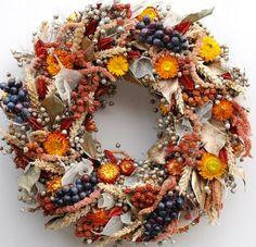 Přírodní věnec ze lnu, doplněný sušinou a umělými hrozny se hodí na každé vchodové dveře, průměr 30 cm, cena 499 Kč; Flowers and More