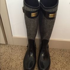 RARE Hunter Houndstooth Boots- Size 8 RARE. Almost perfect condition- I wore them a maximum of 5 times. I just already have two pairs of Hunter Boots. Hunter Boots Shoes Winter & Rain Boots