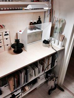 Ruiskumaalauspiste, jossa aktiivihiilisuodattimella varustettu vetokaappi sekä puhdistusasema, joiden avulla ruiskumaalaus onnistuu asuintilojenkin yhteydessä ilman hajuhaittoja. Lisäksi huoneen katosta löytyy poistoilmaventtiii. Ruiskussa ja kompressorissa valintani on Iwata ja vetokaappi on Wertherin valmistama.