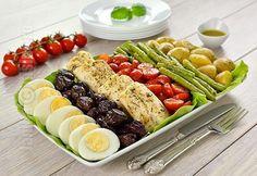Salata Nicoise cu file de cod este una dintre salatele mele preferate. Pur si simplu o ador si nu stiu de ce n-am reusit sa va prezint pana acum si o reteta video a acestei retetei. Nicoise, Good Food, Yummy Food, Cobb Salad, Cod, Brunch, Healthy Eating, Vegetarian, Dinner