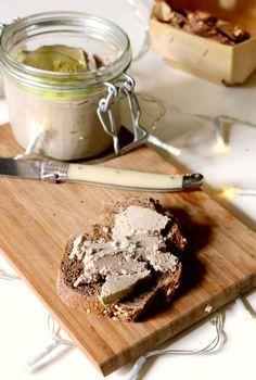 """Ok, cette recette n'a techniquement RIEN à voir avec du foie gras, je vous l'accorde. Mais c'est une imitation somme toute assez réussie :) On reproche souvent à la cuisine crue ou même végéta*ienne ou sans gluten de """"copier"""" la cuisine traditionnelle...."""