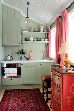 Red and Green Kitchen Idea. Red and Green Kitchen Idea. 31 Green Kitchen Design Ideas Paint Colors for Green Kitchens Green Kitchen Designs, Scandinavian Cottage, Modern Scandinavian Interior, Cabin Kitchens, Cozy Cabin, Guest Cabin, Cottage Interiors, Tiny Spaces, Tiny House Living