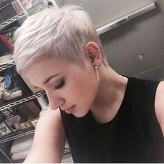 Short Pixie Haircuts for Ladies Pixie hairstyles are trendy, beautiful and appropriate for any age. No matter your hair is fine or thick, pixie cuts will suit you and be perfect for any face shape. Short Pixie Haircuts, Pixie Hairstyles, Cool Hairstyles, Short Pixie Cuts, Dyed Pixie Cut, Women Pixie Haircut, Pixie Hair Color, Pixie Crop, Blonde Haircuts