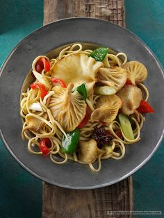 Yellow Oyster mushroom stir fry with noodles, mange tout, red pepper, spring onions and start anise. See more at delicious food images at funkystock.photos… or ©️ 2019 Paul Williams, photographer. Oyster Mushroom Recipe, Mushroom Stir Fry, Mushroom Recipes, Delicious Food Image, Katsu Recipes, Healthy Foods To Eat, Healthy Recipes, Healthy Life, Spicy Mac And Cheese