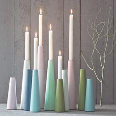 Stilrene, høye lysestaker i malt tre fra danske ...