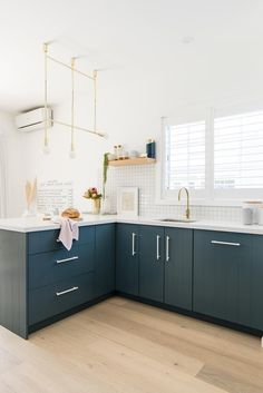 White and navy scandi-style kitchen with navy blue cabinetry, gold drop pendant light, white benchtops and timber flooring in cottage. #cottage #cottagereno #whitehome #scandistyle #homebeautiful Backyard Cottage, Smart Kitchen, Timber Flooring, Scandi Style, White Houses, Kitchen Styling, Contemporary Style, Modern Design, Kitchen Ideas