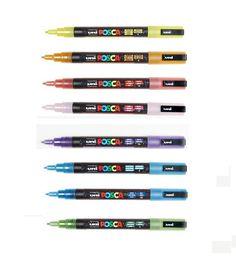 Uni Posca Verfstiften  PC-3M Fine. Met ronde punt van 1.5 mm. Een dekkende, lichtechte viltstift op waterbasis  voor bijna elke ondergrond. Zonder alcohol of  schadelijke oplosmiddelen. Geschikt voor o.a.  papier, hout, glas, terracotta, metaal, textiel,  porselein, en plastic om te schilderen, tekenen,  schrijven enz. Lijkt op acryl.  Leverbaar in 8 glitterkleuren.