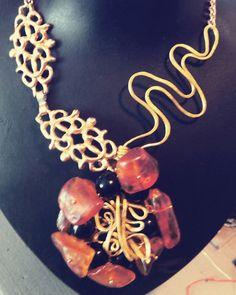 Collana con ambra, onice e pezzi in ottone By NiNa