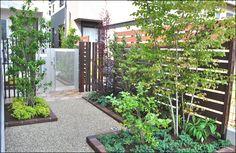 千葉市花見川区での小庭施工例写真 目隠しフェンスと花壇の全景