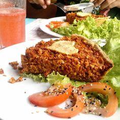Comida com amor na ciudad vieja em Montevideo.  Torta de soja do Love Vegan Food um restaurante novo o segundo totalmente vegano da cidade  em meio a vários outros  com opções deliciosas. Tem cupcakes de amêndoas e de chocolate que são deliciosos. Vemos o veganismo crescendo cada vez mais na querida América Latina. Colocaremos todas as nossas descobertas  veganas pelo Uruguai lá no  Blog em breve p vcs! Vegporai.com #viagem #vegantrip #vegantraveller #roteirovegano #viagemvegana #ciudadvieja…