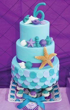 Festa de aniversário inspirada na Pequena Sereia bolo lindo!
