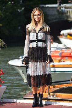 Chiara Ferragni llevó un vestido lencero en blanco y negro de Philosophy by…