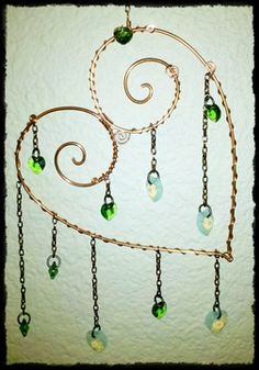 Sun catcher in copper wire and green and opal glass beads. Copper Wire Art, Copper Wire Crafts, Bead Crafts, Diy And Crafts, Atelier Creation, Diy Wind Chimes, Wind Spinners, Sun Catcher, Beads And Wire