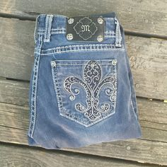 "Miss Me Fleur-de-lis Skinny Jeggings Bling Jeans! Miss Me Fleur-de-lis Skinny Jeggings Bling Jeans! Size 26, inseam 33"".  Light wear. Miss Me Jeans Skinny"