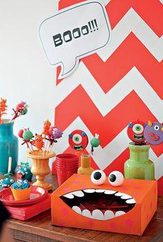 Festa com tema monstros - Para pegar os talheres tem que colocar a mão na boca do monstro
