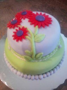 Raspberry Lemon filled cake with a Daisy Design