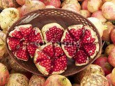 Aufgeschnittene Granatäpfel in einer braunen Schale auf  dem Wochenmarkt in Istanbul Erenköy im Stadtteil Sahrayicedit in der Türkei