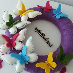 Keçe kelebekler detay Name Crafts, Felt Crafts, Fabric Crafts, Felt Sheets, Felt Name, Felt Wreath, Felt Patterns, Felt Ornaments, Spring Crafts