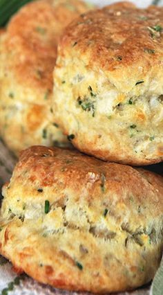 Cheese and Chive Sourdough Biscuits//So excited to find this recipe! A good way to use up sourdough starter when it needs to be fed, plus the suggestion to use them for breakfast sandwiches. Biscuit Bread, Biscuit Recipe, Yeast Bread, Bread Bun, Bread Rolls, Bread And Pastries, Snacks, Dinner Rolls, Bread Baking