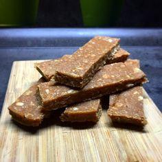 PROTEINOVÉ TYČINKY - 200 g namletých vloček - 170 g arašídovýho másla - 125 g kokosvé smetany /marks&spencer/ - 75 g proteinu /já použila kokos-čokoláda/  Vyšleháme smetanu do hladka, přidáme arašídové máslo, potom protein a nakonec vmícháme vločky. Hmotu vložíme do formy vyložené pečícím papírem a necháme ztuhnout v lednici min. 2 hodinky. Rozkrájíme na tyčinky a ty jednotlivě balíme do potravinový folie a uchováváme v lednici.