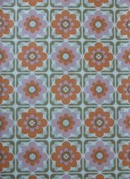 roze oranje bloemen in een tegelpatroon behangpapier