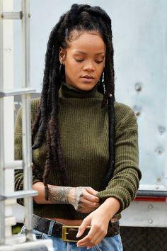 Rihanna is LIFE I loved these dreads on her Rihanna Dreadlocks, Rihanna Faux Locs, Afro Dreads, Dreadlock Hairstyles, Braided Hairstyles, Moda Rihanna, Curly Hair Styles, Natural Hair Styles, Preppy Style