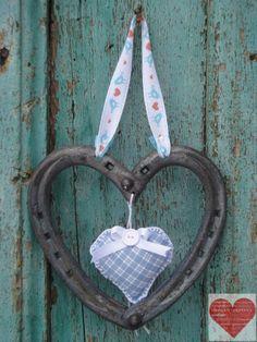 Cuore Portafortuna realizzato con ferri di cavallo nuovi e usati decorazione in feltro a cuore finitura azzurra