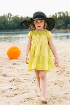Tunika rośnie razem z dzieckiem - dla 2-latki to śliczna sukienusia, dzięki gumkowemu dekoltowi 5-letnia córeczka będzie nadal mogła ją nosić ale już jako tuniczkę :)