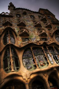 © wikipedia© Ignasi de Solá-Morales© wikipedia© wikipedia A imaginação inspiradora de Antoni Gaudí levou à construção de um dos edifícios mais artí...