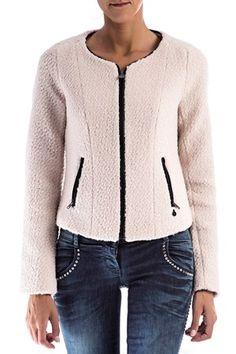 La marca Holandesa Maison Scotch nos presenta esta chaqueta o blazer en una calidad bouclé liso suave con bolsillos laterales y cierre con cremallera.Ideal para cualquier outfit. Composición:50% lana,50% poliester. CAZADORA MAISON SCOTCH BOUCLÉ de Maison Scotch @ www.miinto.es