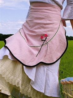 Pink linen apron-I want to dance in the field wearing this. Cute Aprons, Sewing Aprons, Aprons Vintage, Country Girls, Country Life, Country Living, Feminine, Leggings, Stylish