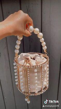 Cute Handbags, Vintage Handbags, Cute Jewelry, Vintage Jewelry, Diy Bag Designs, Bling Bling, Crochet Beach Dress, Beaded Bracelets Tutorial, Luxury Purses