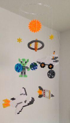 Weltraum Mobile aus Bügelperlen mit Sonne, Mond, Sternen, Planeten, Space Shuttle, Rakete, Mondfahrzeug und Alien  Hama Beads, Sun, Stars, Moon, Rocket