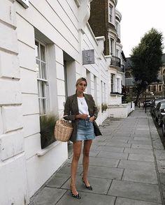 Camille Charriere investiu na saia jeans com blazer e t-shirt.