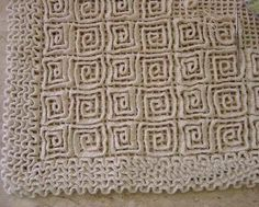 """Great """"wiggly crochet"""" rug tutorial by Sônia Maria on falandodecrochet. (in Portuguese) Wiggly Crochet Patterns, Crochet Mandala Pattern, Crochet Motifs, Crochet Stitches Patterns, Crochet Carpet, Crochet Home, Crochet Crafts, Crochet Projects, Knit Crochet"""