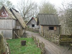 Last Saturday we had a great visit to the Murton Park Viking Village which is on the site of the Yorkshire Museum of Farming just outside of York. Although we took lots of photos of wonderful old f… Farm Village, Viking Village, Medieval Houses, Medieval Life, Viking Reenactment, Viking Life, Robin, Fantasy Places, Yorkshire England