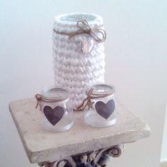 Me encanta este rincón de #myhome Lo creé con dos vasitos de yogur y un bote de monchetas, trapillo, trocitos de tela, cuerda y unos abalorios. Y un secreto! En el jarrón guardo los botones que voy encontrando! Vamos a por la penúltima semana del curso! Feliz semana! #trapillo #portavelas #jarron #interiores #fashionhome #dessigner #creativity #reciclaje #crochet #tshirtyarn #homedecor #decohogar #ideasforhome